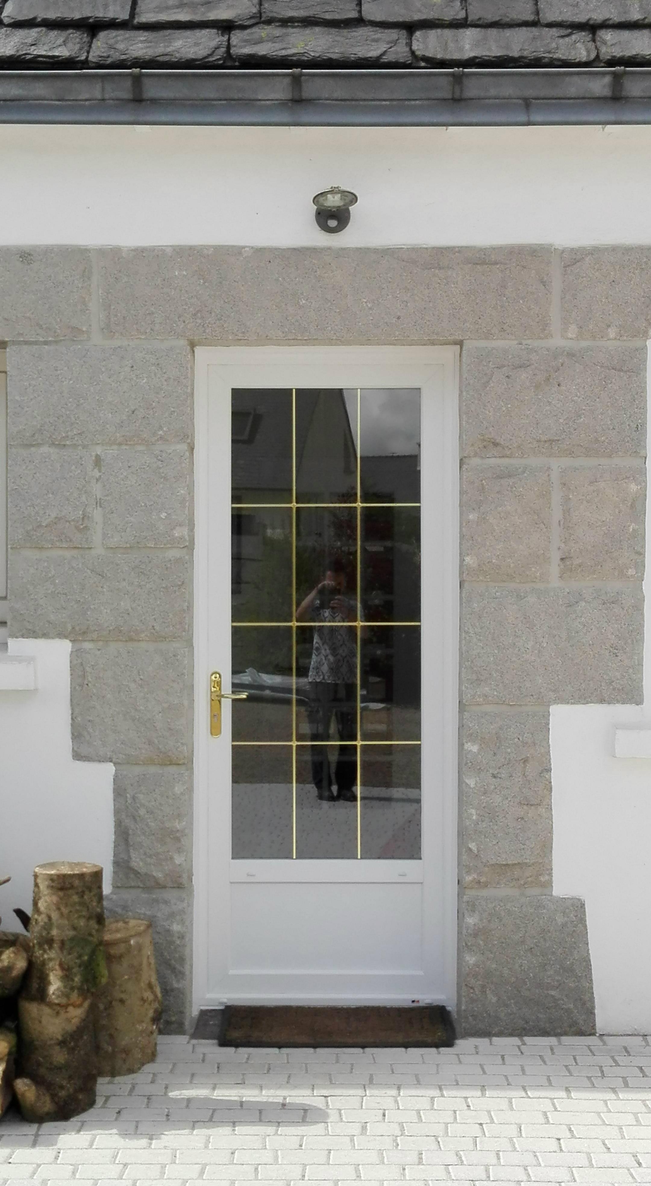 Installation de portes d 39 entr e pvc blanc vein gouesnou for Installation de porte